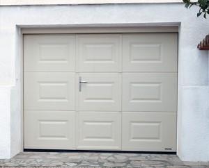 Porte-de-garage-basculante-avec-porte-sgdiffusion-installateur -pose-menuiseries-fermetures-lyon-rhone